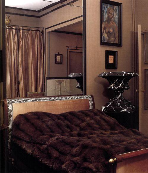 Старинная кровать была заново обита шелковой тканью с каймой в виде греческого меандра