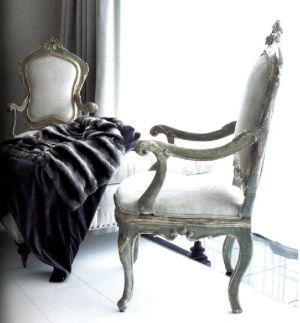 Одно из старинных итальянских кресел с покрывалом из меха шиншиллы, которое добавляет в дизайнерское решение черты винтажной моды.