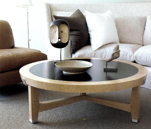 Стол, сделанный из двух сортов древесины, контрастных по цвету.