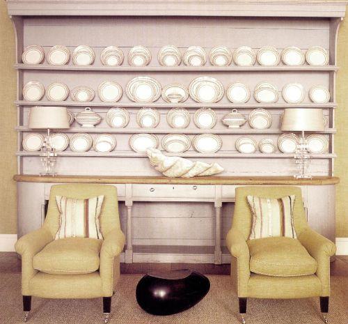Посуда из керамики выставлена на полках старинного французского кухонного шкафа. Для стен и обивки кресел выбрали императорский желтый цвет, который даже в самый пасмурный день вносит в помещение солнечный свет.