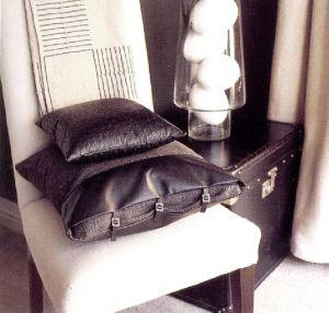 Кресло обито белым холстом, с которым эффектно контрастирует черный цвет.