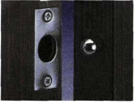 Противосъемный штифт на дверь, которая открывается наружу.