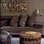 Огромный матрас обит тканью шоколадного цвета. Вся остальная мебель решена в том же цвете, но в других оттенках и материалах (шелковая тафта, бархат, шерсть, хлопок, разные виды кожи). Стены обиты плотной хлопковой материей, что создает в комнате эффект кокона. Старые китайские решетчатые окна на стене с узором лабиринта нарушают монохромный строй колорита этой комнаты, делая его разнообразным и волнующим.