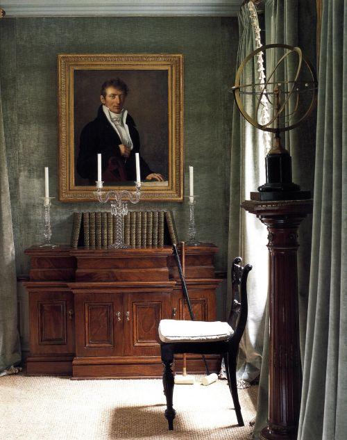 Шторы и обивка стен - серо-зеленая шениль. Кажется, что вместе с этой чудной мягкой тканью в комнату проникли сумерки, в которых совмещаются день и ночь. Большой портрет в золоченой раме, астролябия и старинная мебель создают атмосферу конца XVIII в.
