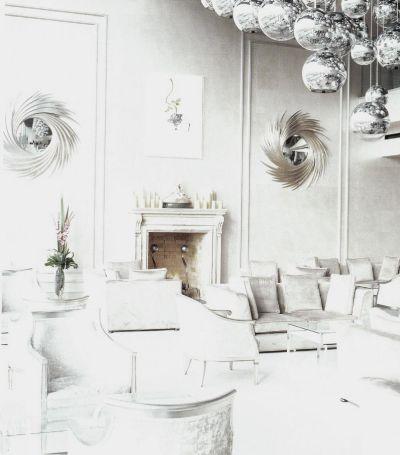 Дизайнер Филипп Трейси оформил холодный интерьер Большого салона «Ирландского отеля» в серебряных и серых тонах, создав тем самым шокирующий контраст розовым оттенкам соседнего помещения.