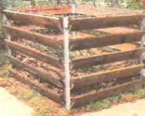 Стальные стойки с кронштейнами вбивают в землю. Закладываемые в них доски поджимаются отходами. По мере наполнения доски укладывают выше и выше.