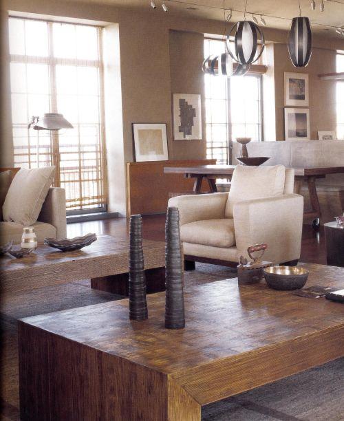 Облик основывается на силе и теплоте земляной палитры, на разнообразии фактур и оттенков дерева и тканей. Обивка мягкой мебели великолепно сочетается со сложным колористическим оттенком стен, в котором смещались и серо-коричневые и имбирные тона. Тяжелые деревянные столы простой формы снабжены подобранными в тон аксессуарами. На окнах легкие прозрачные заслонки-экраны.