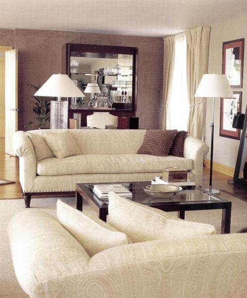 Луиджи Эспозито создал уютный интерьер с помощью диванов, ламп и стола из темного дерева от Ральфа Лорена. Стены комнаты обиты искусственной замшей. Прекрасным дополнением служит тканый восточный узор на диванной обивке.