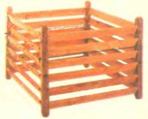 """Конструкция аналогичная, но стойки сделаны из древесины, обработанной экологически чистой пропиткой против гнили. Из старых """"европоддонов"""" такую емкость сделать еще проще."""