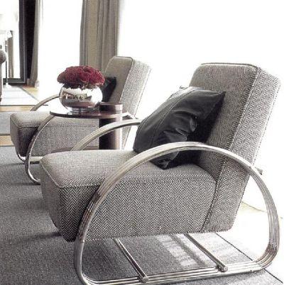 Кресла работы Ральфа Лорена на блестящем никелевом каркасе обиты черно-белой твидовой тканью.