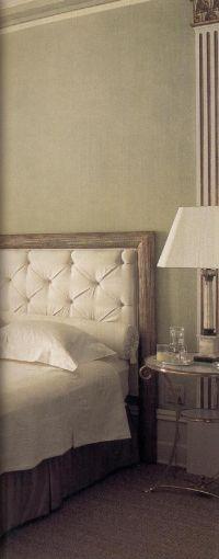 Стены мягкого зеленого цвета разделяются стройными пилястрами.