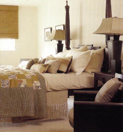 Луиджи Эспозито украсил эту кровать, привезенную из Таиланда, лоскутным стеганым одеялом и множеством декоративных подушек всех опенков осени и специй (дизайнер Катарина Пули).
