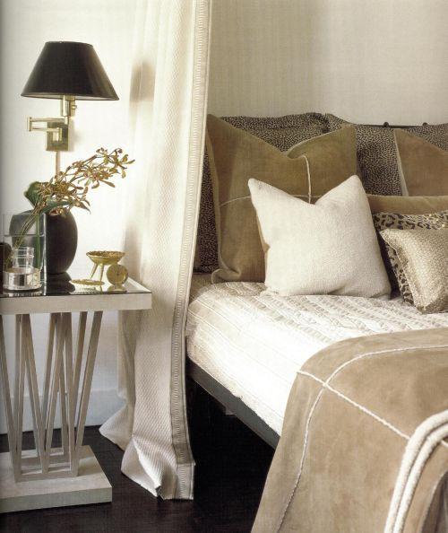 При оформлении спальни Ласло Ларри использовал колорит богатых оттенков кэмел и кофе.