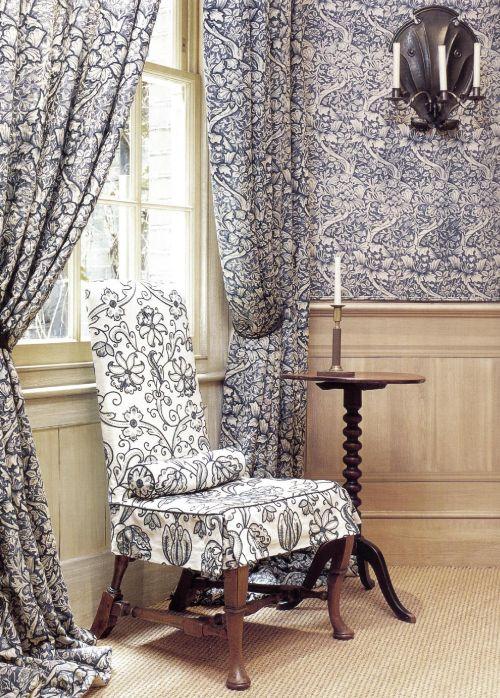 Дизайнер Мона Перлаген использовала в холле два вида ткани похожих цветов.