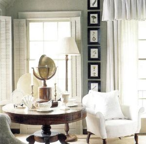 Мягкая средне-зеленая окраска стен подчеркнута многочисленными оттенками молочно-белого на потолке, карнизах, ставнях, занавесках, креслах, а также предметами белого цвета, расставленными на столе.