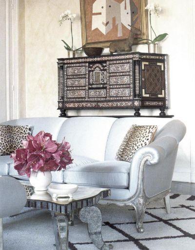 Старинный диван бледно-голубого оттенка определяет тональность гостиной, оформленной по проекту Эльдо Нетто.
