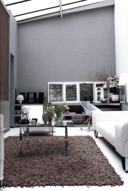 Жилая комната в парижской квартире Жерара Февра выдержана в трех серых оттенках.