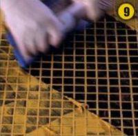 Излишки удаляют с поверхности облицовки диагональными движениями