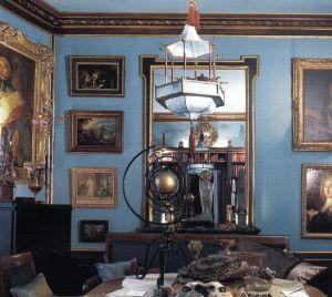 Цвет коттон блю оттеняется изобилием позолоты в библиотеке, оформленной Майклом Кооренгелем и Жаном-Пьером Кальваграком.