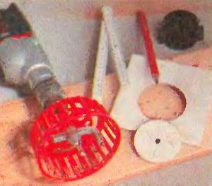 Циркульный резак для вырезания в керамической плитке отверстий большого диаметра. Пластмассовый кожух защищает от возможных осколков.