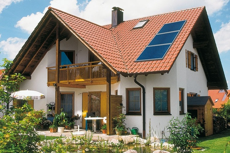 Солнечный коллектор Stiebel Eltron, установленный на крыше дома