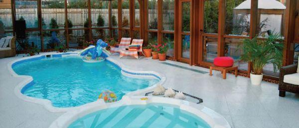 При помощи жёлоба вода из СПА переливается в плавательный бассейн и забирается обратно в СПА особой циркуляционной помпой