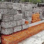 Строительные блоки из арболита легки, прочны и хорошо поддаются обработке.