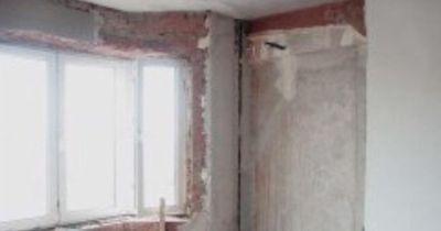 Особое внимание следует уделять обработке труднодоступных мест помещения: стен за трубами и радиаторами, эркеров