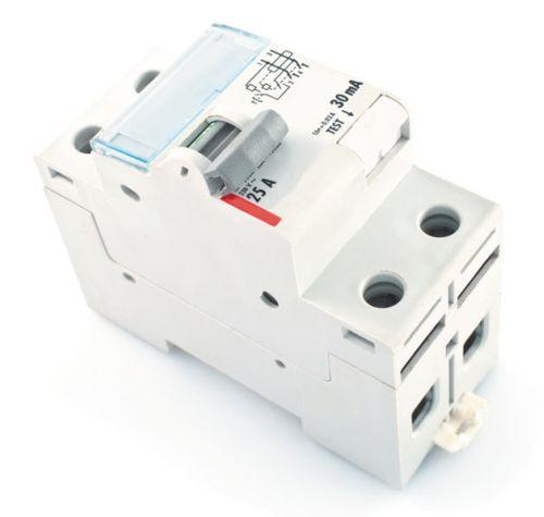 По внешнему виду УЗО практически не отличается от автомата, прозрачное окошко предназначено для закладки маркирующей бумажки, обозначающей, к какой зоне сети подключен прибор