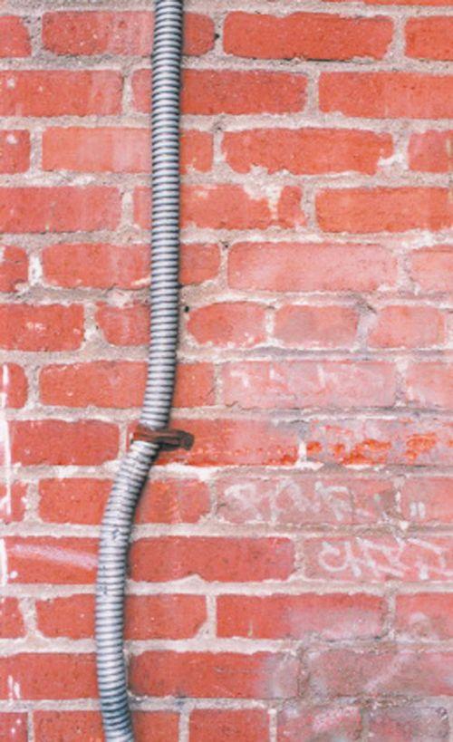 Гофра, проведенная по наружной стене здания