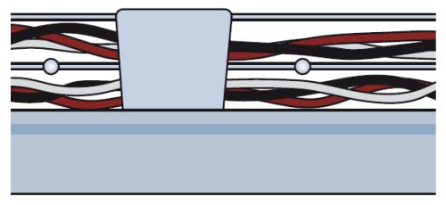 Установка крышки кабель-канала, шаг первый: вставляется перемычка для поддержания формы короба