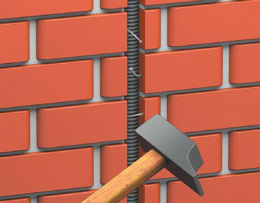 Трубу крепят в штробе при помощи обычных гвоздей или прижимают, закручивая шурупы (если позволяет материал стены)