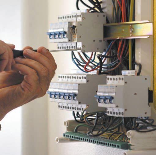 Провода соединяются с контактами автоматических выключателей при помощи винтовых зажимов