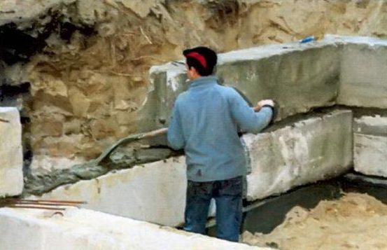 Второй ряд блоков укладывают на раствор, бетонируя вертикальные швы