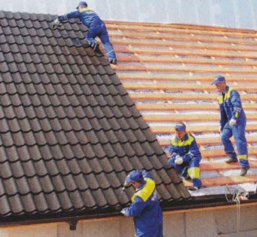 Листы металлочерепицы  поднимают на крышу по одному