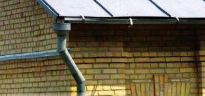 Оцинкованные металлические водостоки недорогие, но они подвержены коррозии и требуют частого ремонта