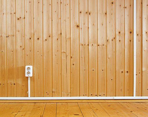 Открытая проводка, уложенная в кабель- канал поверх деревянной облицовки