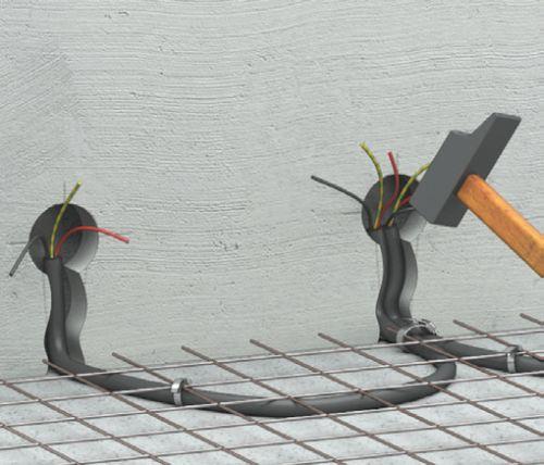Шаг третий: после того как трубы укладываются на полу, они накрываются армирующей сеткой и прикрепляются к этому слою хомутами