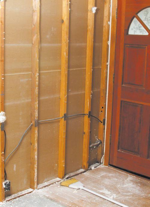 Кабель, проведенный за гипсокартонной облицовкой, — нарушение налицо: проводка протянута без защитных пластиковых труб