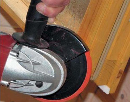 Подтесываем топориком или болгаркой со шлифовальным кругом заклинивающие участки рам