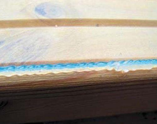 Хорошо смазываем изнаночную сторону новых штапиков силиконовым герметиком