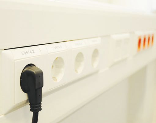 Розетки закреплены на поверхности кабель-канала при помощи суппортов