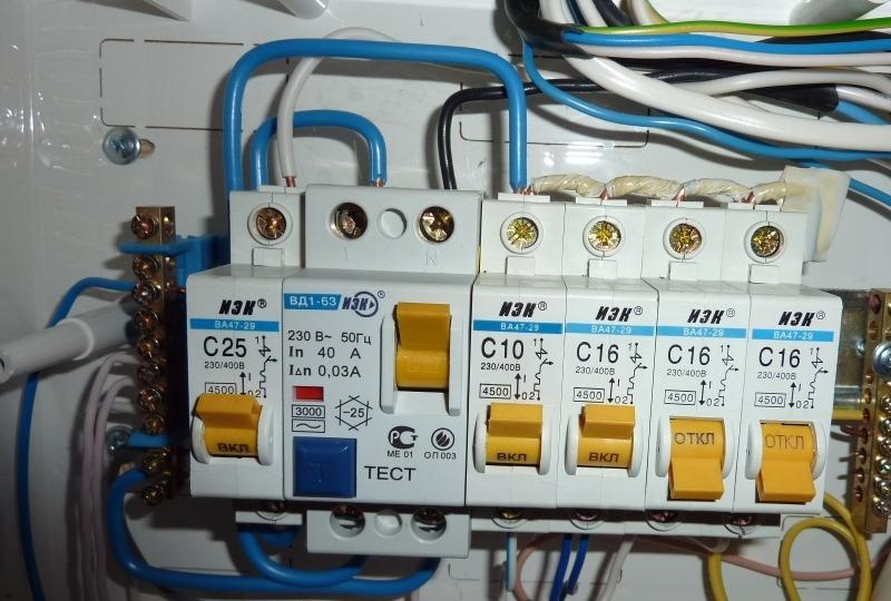 Контакты автоматических выключателей соединены гребенкой из одножильного провода