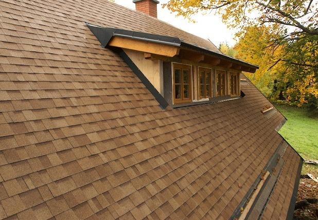 Крыша дома покрыта битумной черепицей