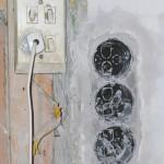 Старые розетки и выключатели лучше демонтировать и поставить новые