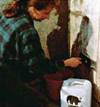 Поверхности стен грунтуют составом, повышающим адгезию краски. Таким образом заделывают трещины в полу