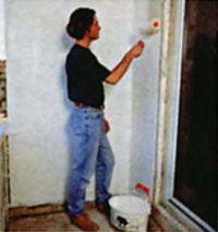 Стены и пол окрашивают двумя слоями фасадной краски, надежно защищающей их от внешних воздействий и придающей балкону опрятный внешний вид