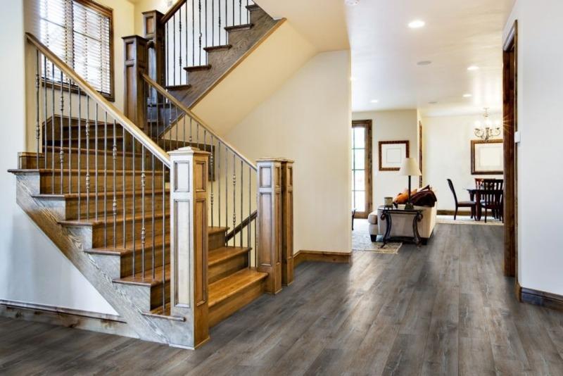 Лестница в холле дома фото