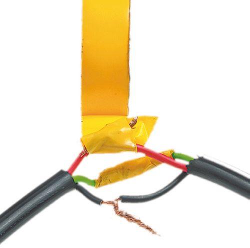 Скрутка кабельных жил, сделанная вручную и защищенная изолентой