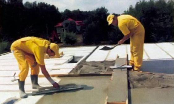 После бетонирования поверхность тщательно выравнивают